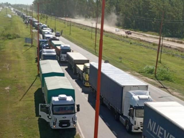 Los transportistas autoconvocados levantaron el paro en Bahía Blanca, tras generar por 20 días inmensas perdidas en la cadena agroalimentaria